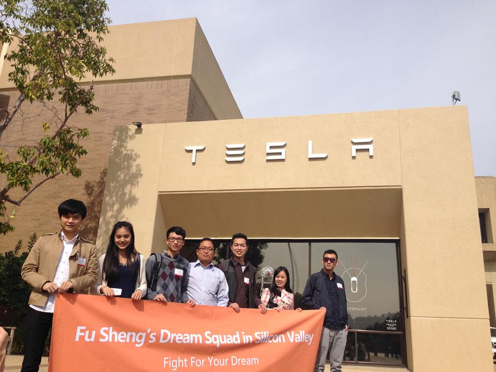傅盛战队选手及合伙人与@硅谷猎头Tom在特斯拉工厂前合影留念 (Copy)